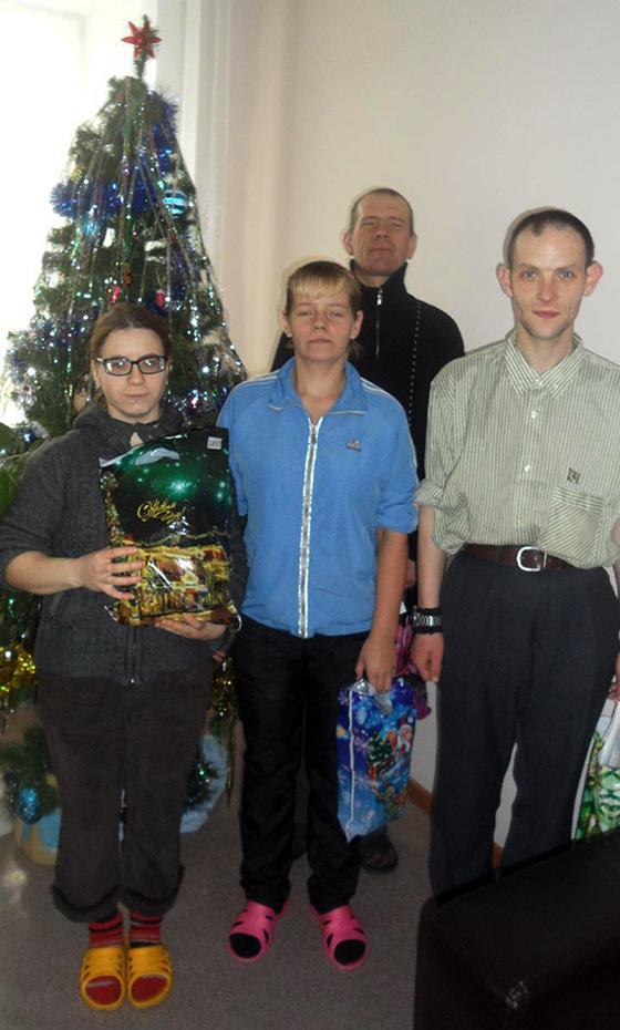 Наши ребята у новогодней ёлки с подарками