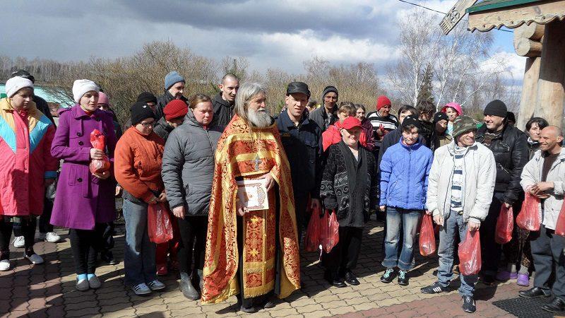 Иерей Владимир с пасхальными подарками