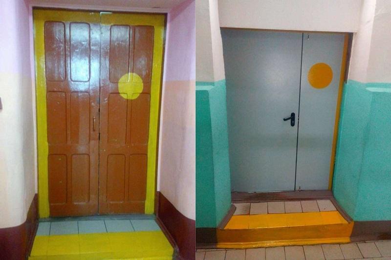 Яркая контрастная маркировка на дверях