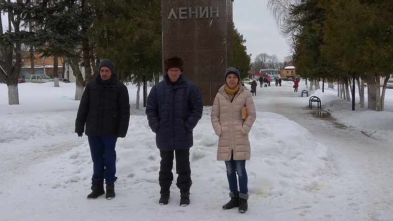 Возле памятника Ленину