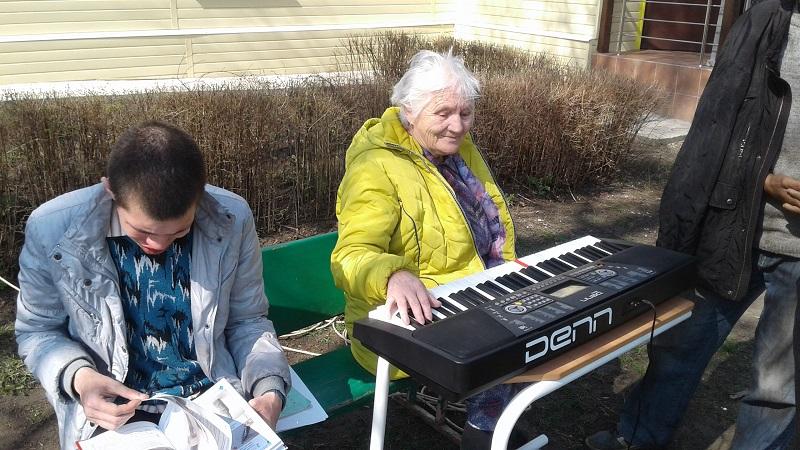 Бабуля играет на синтезаторе